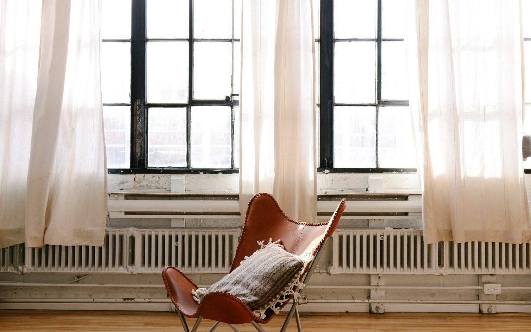 Tendances des rideaux dans le salon : méthodes de décoration et adaptation à l'intérieur