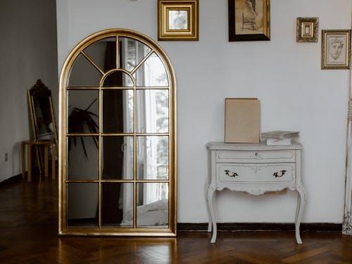 Un miroir : objet chiné